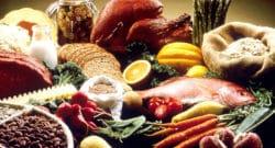 Croyances alimentaires - image représentant une diversité de produits alimentaires (poisson, pain, carottes, asperges, poulet, haricots, etc.)
